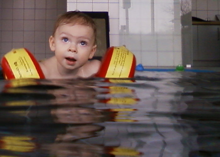 Piet schwimmt.