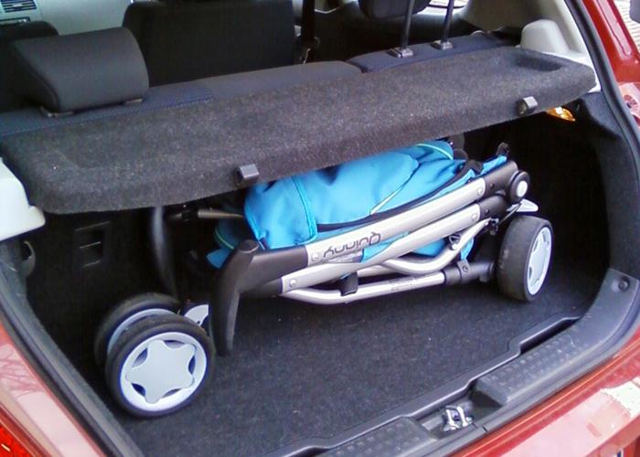 Kinderwagen im Suzuki Swift
