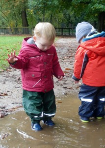 """Wenn Kinder sich intensiv mit einer Sache beschäftigen, nennt man das auch """"Flow"""", in diesem Fall ist die Sache eine Pfütze, bzw. das Wasser."""