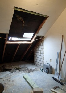 Das Dachfenster ist noch nicht drin, die Abseite aber schon abgerissen.