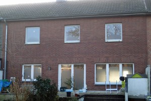 60er-Jahre-Haus mit neuen Fenstern, Rückseite