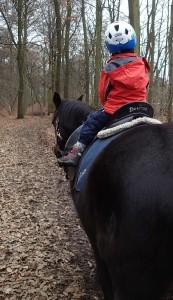 Papa schau! Ich reite Pony!