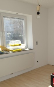 Esszimmer, mit Viessmann Plan-Heizkörper und neuen Fenstern, die Heizungsnische wurde zugemauert