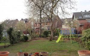 Der Garten aktuell, mit Schaukel und etwas Rasen