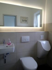"""Gäste-WC mit beleuchtetem """"Vella"""" LED-Spiegel"""