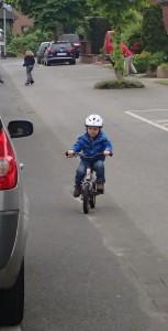 Direkt auf das Fahrrad, wer braucht schon Stützräder?