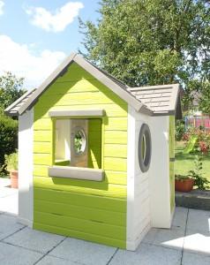 """Das Spielhaus von Smoby erfreut sich immer noch großer Beliebtheit, die Fensterläden haben """"den Sturm"""" überlebt, aber nicht die Gewalt unseres Kindes"""