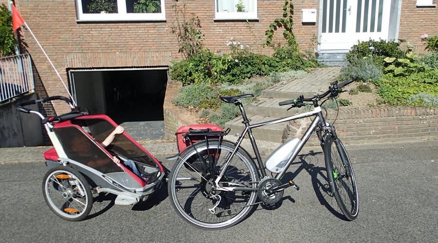 Pedelec / E-Bike (Bulls Green Mover Cross Disc 2012) mit Fahrradanhänger (Chariot Cougar 1 2010)