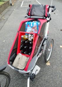Auch ein Getränkekasten passt locker in den Chariot Cougar 1