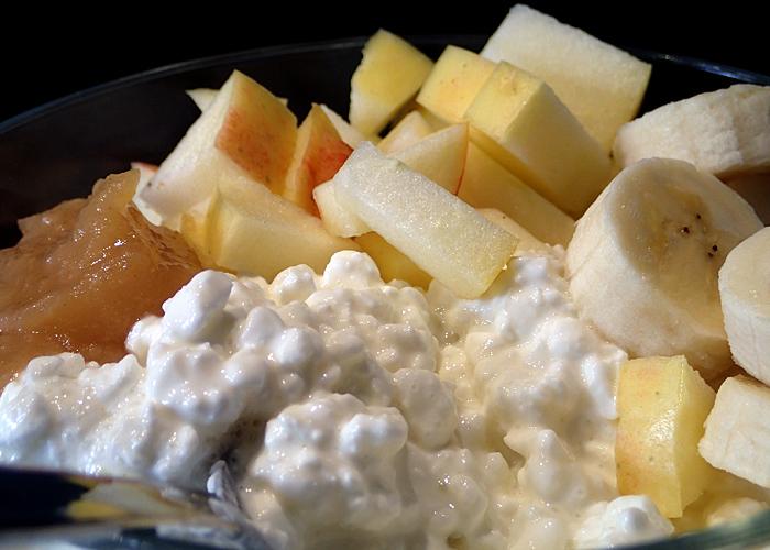 Hüttenkäse mit Apfelmus und Banane, Haferkleien, Flohsamen und Zimt