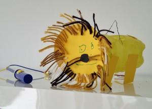 Ein Löwe auf der Jagd nach Süßigkeiten