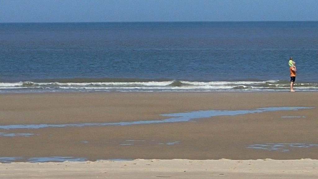Wer nicht laufen kann, der wird getragen: Auf Papas Schultern ab in das Meer