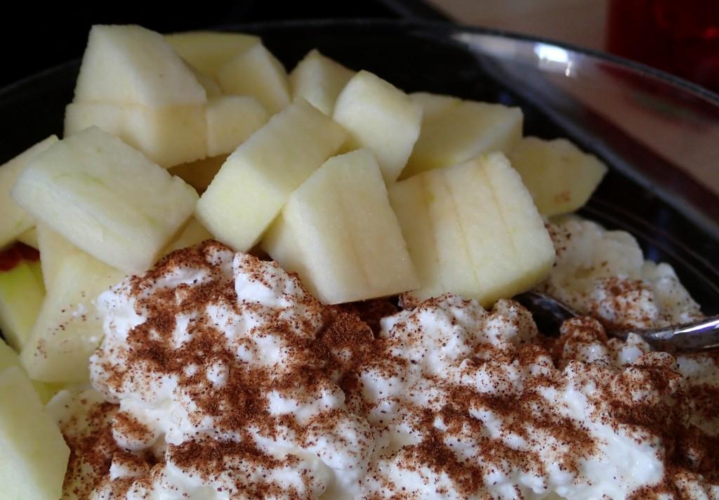 Hüttenkäse mit Apfel und Zimt