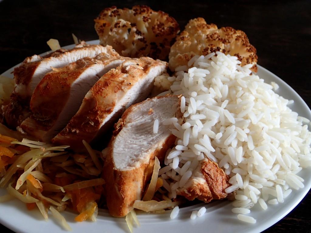 Pute auf Weißkohl-Möhren-Bett mit Reis und Blumenkohl, paleo, glutenfrei