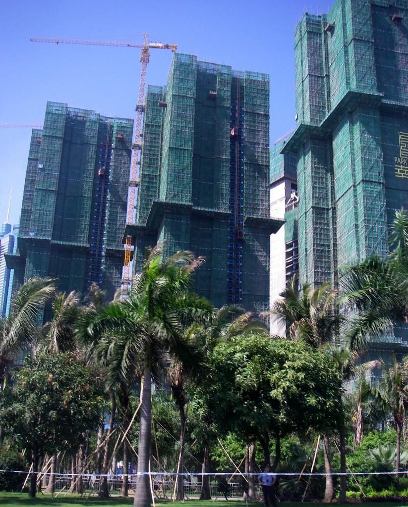 Reihenhäuser in China, die Gerüste sind übrigens aus Bambus.
