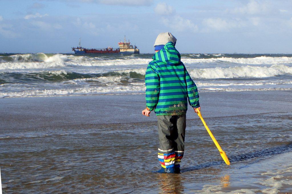 Strand, Wasser, Schippe, mehr braucht es nicht.