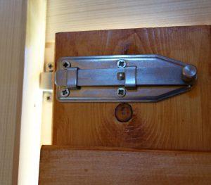 Ein Verschluss für die Türen und Fenster wurde von Isidor nicht mitgeliefert