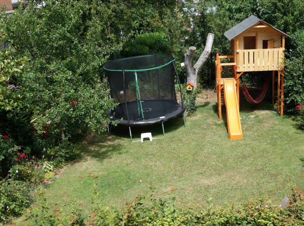 Das Stelzenhaus fügt sich gut im Garten ein